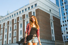 Красивая девушка битника с солнечными очками доски конька нося Стоковые Изображения RF