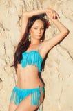 Красивая девушка брюнет в голубой представлять бикини стоковое изображение rf