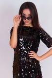 Красивая девушка брюнет в черном платье и солнечных очках Брюнет с длинными черными волосами Стоковые Изображения