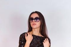 Красивая девушка брюнет в черном платье и солнечных очках Брюнет с длинными черными волосами Стоковая Фотография RF