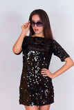 Красивая девушка брюнет в черном платье и солнечных очках Брюнет с длинными черными волосами Стоковые Фотографии RF