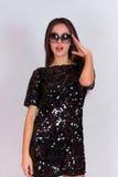 Красивая девушка брюнет в черном платье и солнечных очках Брюнет с длинными черными волосами Стоковое Фото