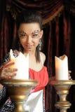 Красивая девушка брюнет с творческим составом около больших свечей Стоковое фото RF