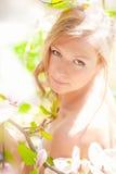 Красивая девушка весны с цветками Стоковые Фото
