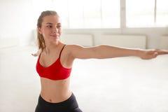 Красивая девушка выполняя йогу в представлении ратника Стоковая Фотография