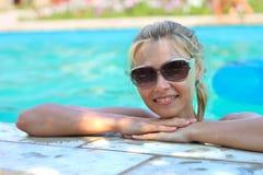 Красивая девушка в бассейне стоковые изображения rf