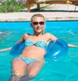 Красивая девушка в бассейне стоковое фото rf