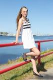 Красивая девушка в белизне striped платье на seashore Стоковая Фотография RF