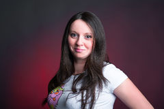 Красивая девушка в белой футболке Стоковые Изображения