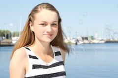 Красивая девушка в белом платье на seashore Стоковое фото RF