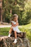 Красивая девушка в белом платье с ретро стилем причёсок в парке Стоковое Изображение