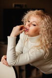 Красивая девушка в белом свитере с воротником стоковые фотографии rf