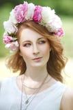 красивая девушка в венке пионов Стоковое Изображение