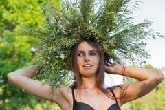 Красивая девушка в венке портрета полевых цветков Стоковая Фотография