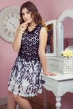 Красивая девушка в ее комнате и представлять около таблицы шлихты, Стоковые Фото