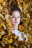 Красивая девушка в желтые листья Стоковые Фотографии RF