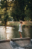 Красивая девушка в закручивать голубого платья светлый стоковое изображение rf