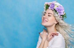 Красивая девушка в зацветенном изолированном венке стоковое фото rf