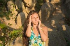 Красивая девушка в зеленом платье на заходе солнца Стоковая Фотография