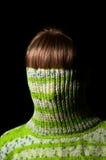 Красивая девушка в зеленом свитере Стоковые Изображения
