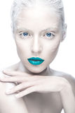 Красивая девушка в изображении альбиноса с голубыми губами и белизной наблюдает Сторона красоты искусства Стоковая Фотография RF