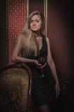 Красивая девушка в интерьере старой классики Стоковая Фотография