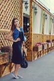 Красивая девушка в костюме джинсовой ткани Стоковые Фотографии RF