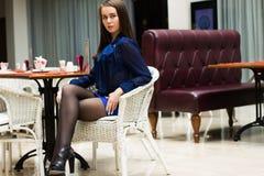 Красивая девушка в красивом городе стоковые фотографии rf