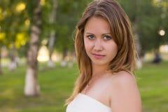Красивая девушка в красивом городе стоковое фото
