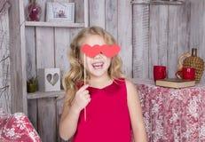 Красивая девушка в красном платье усмехаясь с сердцами Стоковые Изображения RF