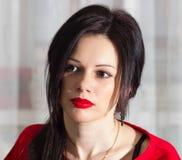 Красивая девушка в красном цвете Стоковые Изображения RF