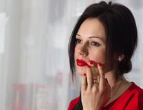 Красивая девушка в красном цвете Стоковые Фотографии RF
