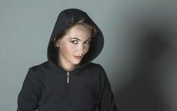 Красивая девушка в клобуке с серьгами Стоковое Изображение