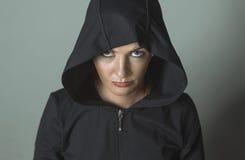 Красивая девушка в клобуке с серьгами Стоковое Изображение RF