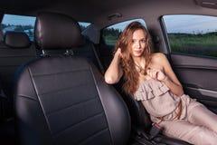 Красивая девушка в месте водителя смотря камеру и имеет путешествие Outdoors Стоковые Изображения