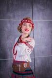 Красивая девушка в национальном украинском костюме Захваченный в студии Вышивка и куртка венок Circlet цветков губы красные Стоковое фото RF