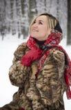 Красивая девушка в парке в зиме, девушка в меховой шыбе Стоковая Фотография RF