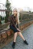 Красивая девушка в парке около загородки Стоковая Фотография RF