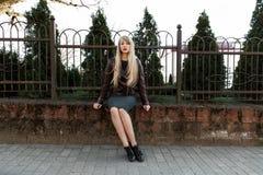 Красивая девушка в парке около загородки Стоковое Изображение
