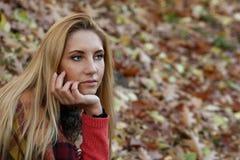 Красивая девушка в парке осени Стоковое Изображение RF