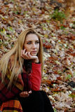Красивая девушка в парке осени Стоковые Изображения RF