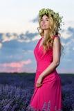 Красивая девушка в поле лаванды на заходе солнца Стоковая Фотография RF