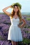 Красивая девушка в поле лаванды Стоковые Изображения RF