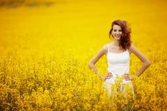 Красивая девушка в поле Стоковые Фото