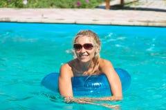 Красивая девушка в плавательном бассеине стоковое изображение