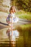 Красивая девушка в платье на реке Стоковое Фото