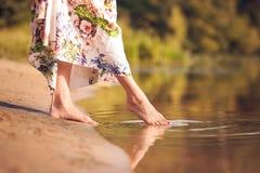 Красивая девушка в платье на реке Стоковые Изображения