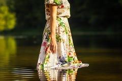 Красивая девушка в платье на реке Стоковое Изображение RF