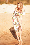 Красивая девушка в платье на реке Стоковое Изображение