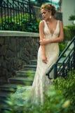 Красивая девушка в платье свадьбы стоковое фото rf